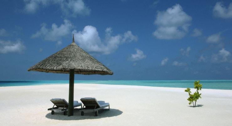 Como Cocoa Island - strand mit sonnenschirm