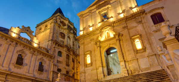 the-old-baroque-town-noto-at-night-PWZX37K