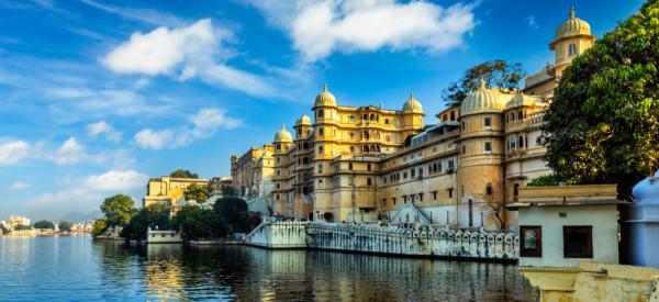 Romantic India luxury tourism wallpaper - Udaipur City Palace and Lake Pichola. Udaipur, Rajasthan, India