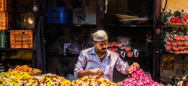 flower-market-hues-at-mumbai-india_t20_WQRZOK