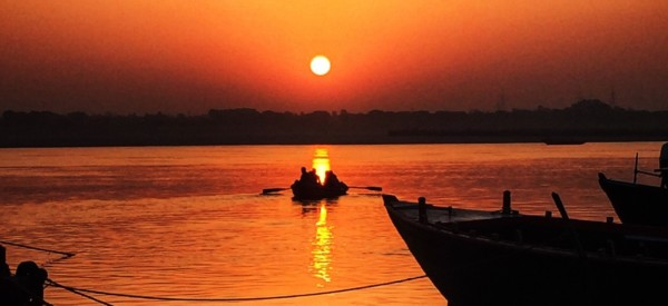 morning-sunrise-prayer-in-varanasi-india_t20_Qa2Eoj
