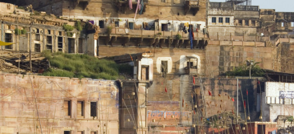 the-hindu-ghats-on-the-banks-of-the-holy-river-ganges-at-varanasi-benares-in-the-uttar-pradesh-region_t20_1WGYXO