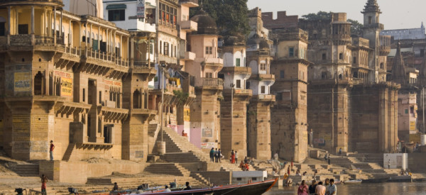 the-hindu-ghats-on-the-banks-of-the-holy-river-ganges-at-varanasi-benares-in-the-uttar-pradesh-region_t20_j1ZKPa