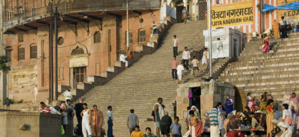 the-hindu-ghats-on-the-banks-of-the-holy-river-ganges-ganga-in-the-city-of-varanasi-benares-in-the_t20_v3bO9O