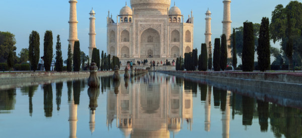 the-taj-mahal-at-dawn-a-mausoleum-at-agra-in-northern-india-built-by-the-mogul-emperor-shah-jahan-in_t20_1WEgbN
