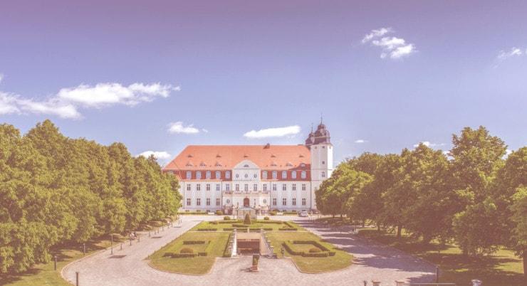 Schloss Fleesensee - Außenansicht mit Garten