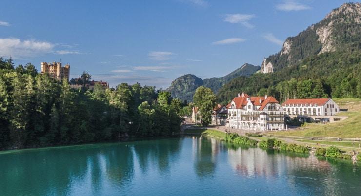 AMERON – Neuschwanstein Alpsee Resort Spa - Außenansicht mit Blick auf das Schloss