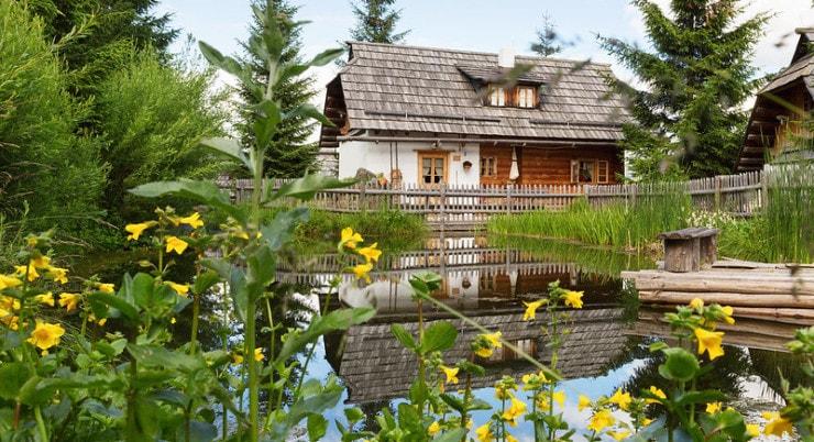 Almdorf Seinerzeit - Außen mit See