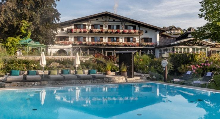 Alpenhofs Murnau - pool mit Haus im Hintergrund